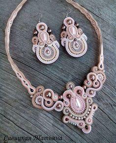 Nenhuma descrição de foto disponível. Fabric Jewelry, Boho Jewelry, Bridal Jewelry, Beaded Jewelry, Jewelry Design, Women Jewelry, Soutache Necklace, Beaded Earrings, Handmade Beads