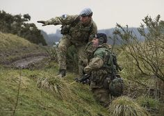 Picture shows a member of Falklands Company Directing Staff (DS) instructing an officer cadet taking part in Exercise Dynamic Victory, Dalbeattie Training Area, Scotland. British Armed Forces, British Soldier, British Army, Military Gear, Military Uniforms, Military Army, Special Ops, Special Forces, Royal Military Academy Sandhurst