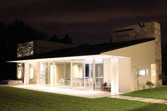 vivenda unifamilar MORENO: Casas de estilo moderno por cm espacio & arquitectura srl