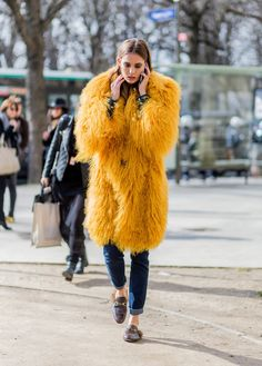 Model Nadja Bender wearing a yellow fur coat outside Chanel during the Paris Fashion Week Womenswear Fall/Winter on March 8 2016 in Paris. Street Style Outfits, Fashion Week, Winter Fashion, Fashion Trends, Paris Fashion, Net Fashion, Fashion Mode, Latest Fashion, Street Style