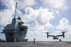 Two of the US Navy helicopters have made a maiden landing on board the UK Royal Navy's newest Queen Elizabeth-class aircraft carrier HMS Queen Elizabeth. Royal Navy, Us Navy, Hms Prince Of Wales, Hms Queen Elizabeth, Navy Carriers, Military News, Aircraft Carrier, Armored Vehicles, Helicopters