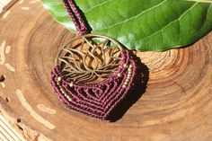 Collar en macrame con un medallon en forma de flor de loto.
