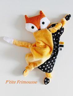 """Un adorable doudou au corps plat . Un petit """"Renard"""" en polaire minkee (idéale pour bébé) tout doux d'un joli orange tendre. Un coton noir étoiles blanches sur le devant - 20258456"""