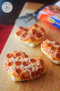 Mini Heart Pizzas for Valentine's Day Dinner Looking for a fun and easy dinner idea for the family this Valentine's Day? Kids and adults will love these Mini Heart Pizzas! Valentine Pizza, Valentines Day Dinner, Valentines Day Treats, Valentine Food Ideas, Valentine Party, Think Food, Love Food, Lunch Recipes, Cooking Recipes