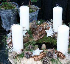 Adventskrans med birkebark og kogler