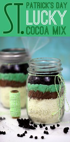 Share Luck with these seriously easy to make St. Patrick's Day Hot Cocoa Mason Jar Gifts #stpatricksday