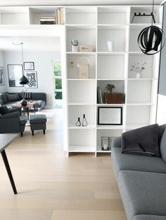DIY – Hjemmebygget væg til væg bogreol | livingonabudgetdk Built In Furniture, Bookshelves, Shelving, Indoor, Interior Design, Home Decor, Natural, Awesome, Kitchen