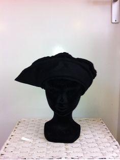 Zwart fleece baret met klep, nieuw van Fox & Thimble door FoxandThimble101 op Etsy https://www.etsy.com/nl/listing/211993915/zwart-fleece-baret-met-klep-nieuw-van