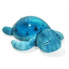 La veilleuse tortue aidera votre enfant à voyager au pays des rêves et s'endormir tout en douceur. Accompagné d'effets sonores et lumineux aquatiques, cette veilleuse des mers projette de merveilleux effets sous-marin sur les murs et le plafond accompagné de doux sons marins, soit le bruit des vagues, soit le chant des mouettes. Sa carapace s'illumine d'un effet aquatique marin, de belles projections colorées et animées captent l'attention de votre bébé tout en l'apaisant.