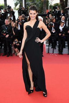 Isabeli Fontana apostó por un vestido de escote asimétrico, de Brandon Maxwell y zapatos 'peep-toe', de Salvatore Ferragamo.