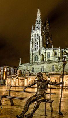 """Estatua al Peregrino. Junto a la Catedral de #Burgos vía @NationalImages.""""ella imagen #CaminodeSantiago"""