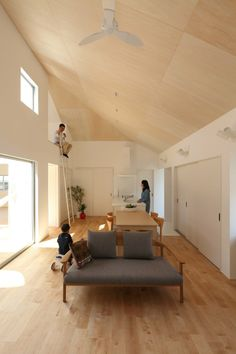 Aishō house, 愛知郡, 2013 Whitewashed laminate board for ceiling texture. Straight lines Plywood Ceiling, Plywood Walls, Wood Ceilings, Plywood Furniture, Modern Furniture, Furniture Design, Interior Exterior, Interior Architecture, Interior Design