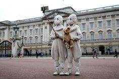 The masked twins were part of a stunt to promote Tim Burton's fantasy film Miss Peregrine's Home for Peculiar Children. Commuters and tourists in London might have experienced a bit of confusion when they came across a set of very unusual-looking twins on Monday.