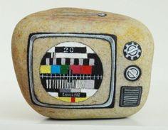 原创手绘石头 创意礼物 怀旧电视机 - 哇噻网 painted rock, TV or radio