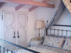 La camera matrimoniale. Due vecchie antine ripatinate nascondono un armadio a muro.