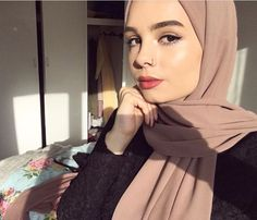 can't go wrong with the light mauve color Hijab Niqab, Hijab Chic, Mode Hijab, Hijab Outfit, Muslim Fashion, Modest Fashion, New Hijab Style, Baby Hijab, Hijab Makeup