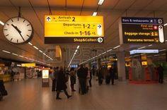 Schiphol, Holanda Septentrional, Países Bajos - 21 de enero de 2012 - Salida y sala de llegadas en el aeropuerto holandés de Schiphol, cerca de la ciudad de Amsterdam. Foto.