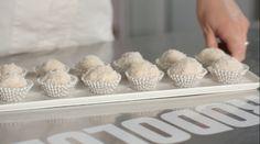 Le palline al cocco e mascarpone sono un dessert senza uova: mescolate mascarpone, zucchero a velo e cocco arricchito di wafer alla vaniglia sbriciolati.