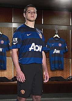 Manchester United Away Kit 2011 - Chicharito (Javier Hernandez) Manchester United Away Kit, Manchester United Legends, Manchester United Football, Soccer Pictures, Soccer Pics, Sports Mix, Soccer Stars, Soccer World, Professional Football