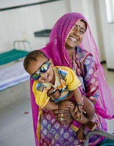 Kelu tiene in braccio il suo piccolo Kuldeep che si è appena sottoposto ad un'operazione di cataratta per tornare a vedere