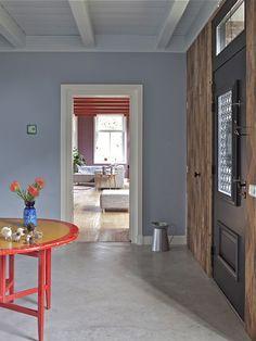Betonvloer - authentieke voordeur met glas en smeedijzer