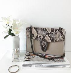 """7 Gostos, 1 Comentários - Tânia Sacramento  (@taniaifsacramento) no Instagram: """"Table situation at home #monday""""  #bag #gucci #white #home #table #details #fashion #vogue #chanel"""