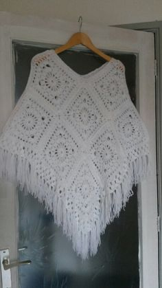 Poncho...zelfgemaakt Crochet Circle Pattern, Crochet Poncho Patterns, Crochet Circles, Mode Crochet, Knit Or Crochet, Crochet Shawl, Granny Square Poncho, Knitted Cape, Crochet Fashion