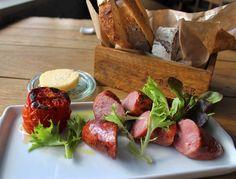 Salsicci alla Brace (saborosas, e com pouquíssima gordura, linguiças de fabricação própria e linguiças de javali defumada com tomate na brasa, R$ 24)