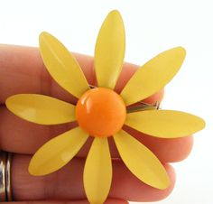 daisy brooch-Mom wore one like this, in the 60's.