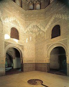 Sala de las Dos Hermanas (Alhambra, S. XIII-XV). Cuarto del Patio de los Leones dedicado a la música. En las dependencias de los laterales se colocaban los estrados.