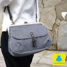 【受注生産品】がま口フラップバッグ(大)【綿布・ヒッコリー】<がま口バッグ/バッグ/鞄/カバン/レディース/ショルダーバッグ/がま口/旅行> Fabric Purses, Fabric Bags, Designer Purses And Handbags, Purses And Bags, Sacs Tote Bags, Black And White Purses, Transparent Bag, Denim Purse, Frame Purse