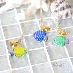 南国の海のかわいらしいお魚に ゴールドチャーム(シェルorヒトデ 選べます)を合わせて 少し大人っぽく仕上げたネックレスです。夏のお出かけのお供にいかがでしょうか♪水族館にもオススメです♡サカナの写真にグラフィックソフトで色付けをし、 3色のお魚を作りま...