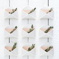 Une enveloppe de porcelaine fini mat ajoute une touche de charme et de sentiment à votre journée de mariage. Cette enveloppe peut être utilisée