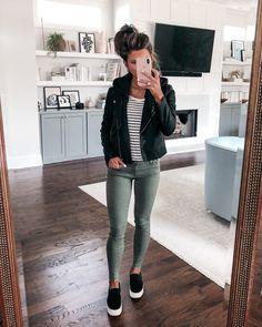 casual womens fashion that look amazing 162399 Black Sneakers Outfit, Black Jeans Outfit Summer, Sneaker Wedge Outfit, Black Skinny Jean Outfits, Khaki Skinny Jeans Outfit, Black Joggers Outfit, Black Wedges Outfit, Olive Green Pants Outfit, Work Clothes