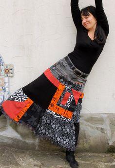 Crazy pop art recyclé, jupe longue. Fait de denim jeans recyclés et t-shirts. Style hippie Bohème pop art. Refait et réutilisés. Confortable et utile. Un petit étirement. Uniqued design. Unique en son genre ! Taille: M - M/L (38-40 european) tour de taille (ou les hanches uper - ceinture uper) 34-36 pouces (86 à 92 cm) Hanches max 44 pouces (112 cm) longueur environ 37 pouces (94 cm)
