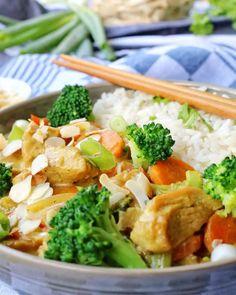 Mein einfaches Rezept für Putencurry mit Brokkoli, Mandeln und Reis ist ein tolles Gericht, das jedem Reisliebhaber schmeckt. Puten-Curry ist Stressfrei, Schnell, Einfach, Preiswert und total lecker. Perfekt geeignet, wenn es schnell gehen muss und trotzdem so richtig lecker sein soll. #pute #geflügel #curry #putencurry #reisgericht #rice #abnehmen #diät Broccoli Curry, Broccoli Rice, Turkey Curry, Rice Recipes For Dinner, Turkey Recipes, Food Porn, Easy Meals, Food And Drink, Low Carb
