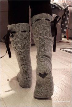 The ribbon, the cable, but most of all, the heart Koti männikössä: Harmon palmikkosukat ja ohjetta Winter Outfits, Casual Outfits, Cute Outfits, Look Fashion, Winter Fashion, Fashion Boots, Looks Country, Cute Socks, Comfy Socks