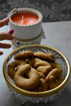 Recipe for vegan cookies with cinnamon and sesami.