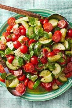 Frischer Gurken-Tomaten-Salat mit Minze Cucumber and tomato salad for grilling – Diet Recipes – bildderfrau. Clean Eating Recipes For Dinner, Clean Eating Breakfast, Clean Eating Meal Plan, Salad Recipes For Dinner, Clean Eating Snacks, Salad Recipes Healthy Vegetarian, Easy Healthy Recipes, Diet Recipes, Paleo Food