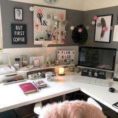 desk decor for work cubicle ▷ 1001 + ideas and ways to spruce up your cubicle decor Work Cubicle Decor, Work Desk Decor, Office Space Decor, Office Organization At Work, Study Room Decor, Office Workspace, Home Office Design, Bedroom Decor, Cubicle Ideas