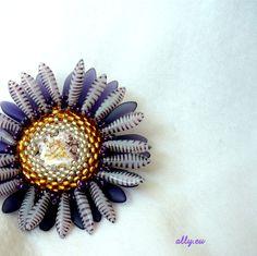 Brož Kopretina Elegantní šitá brož z TOHO rokajlu a skleněných lístečků. Střed z batikované placičky- Opatřena na zadní straně brožovým můstkem. Průměr květu 6 cm.