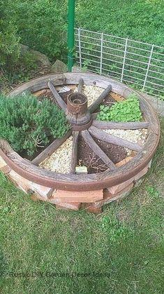 16 Creative and Rustic Garden DIYs #gardenideas #outdoordecor Rustic Gardens, Outdoor Gardens, Old Wagons, Diy Garden Decor, Balcony Decoration, Garden Decorations, Garden Projects, Garden Ideas, Backyard Ideas