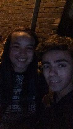 Nathan com fã (@bradayum) em Birmingham, na Inglaterra. #CoberturaTWBR