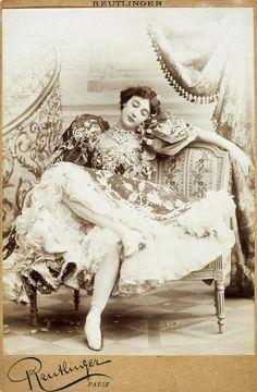 """http://www.histoire-image.org/photo/zoom/belle-otero-4-f.jpg cocotte parisienne Caroline Otero. CHANEL: """"LES COCOTTES ETAIENT PROPRES, LES BOURGEOISES NE LAVAIENT PAS LEURS PERLES""""..."""