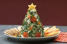 The cream cheese fir tree with fresh herbs and tree decorations made of walnuts and peppers will delight the whole family. Our video shows how he succeeds. Christmas Brunch, Christmas Drinks, Party Buffet, Xmas Food, Snacks Für Party, Food Humor, Winter Food, Creative Food, Food Design