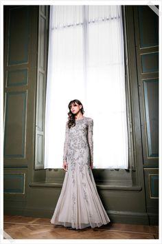 Jurken Huren. Adrianna Papell. Long maxi dress. Long sleeves. Slim fit. Elegant and sexy. Photographer Elza van der Saag.