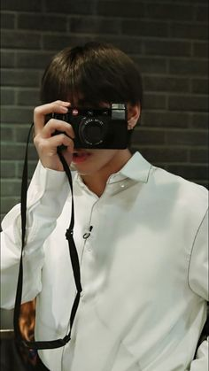 Come pose !!!!! Tae is going to click your pics Who want this handsome camera  boy