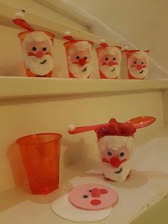 Kinder fruit bekertje kerstman voor een gezond hapje met (school) kerst. Bekertje gevuld met fruit en bovenste laagje roodfruit. Het roze papieren rondje beplakt met wiebeloogjes, kleine rode papieren rondjes voor wangetjes, een bolneusje en watten. Met zwarte stift een klein mondje. Een rode lepel met een wit bolletje maakt het kerstmannetje af. Simpel, ruim van te voren voor te bereiden en lekker!