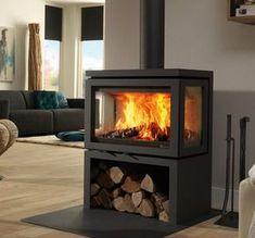 De #Dik #Geurts #Vidar #Triple zorgt als driezijdige #houtkachel voor een optimaal zicht op het houtvuur vanuit verschillende posities in de #woonruimte. In dit geval is de Dik Geurts Vidar Tripleook nog eens voorzien van warmte reflecterend infrarood glas. Hierdoor wordt er een rendement bereikt van maar liefst 88%! Standaard wordt de Dik Geurts Vidar Small geleverd in de kleur donker antraciet. #Kampen #Fireplace #Fireplaces #Interieur #Kachelplaats