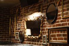 Design Interieur Lobby Bar Montréal  #bar #montreal #design #plateau #vintage #briques #wall #mur #miroir   www.lobbybar.ca